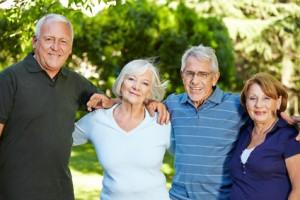Vier lachende Senioren im Sommer